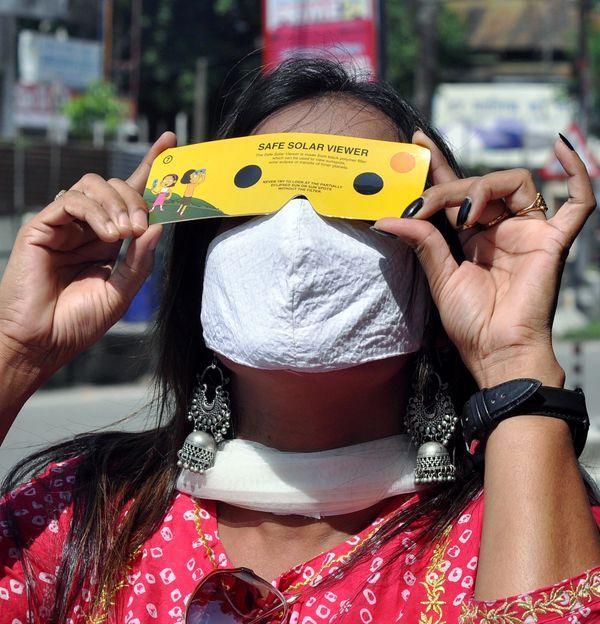 गुवाहाटीमध्ये सूर्यग्रहणाचा शानदार नजारा पाहत असलेली महिला