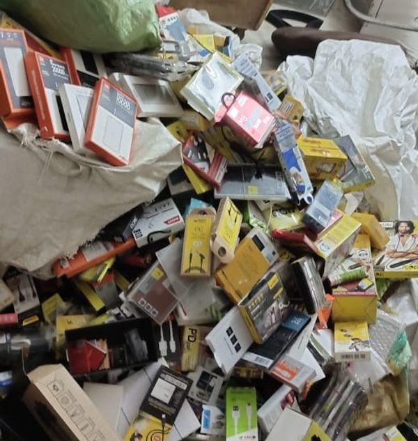 दुकान में खाली पड़े मोबाइल के डब्बे।