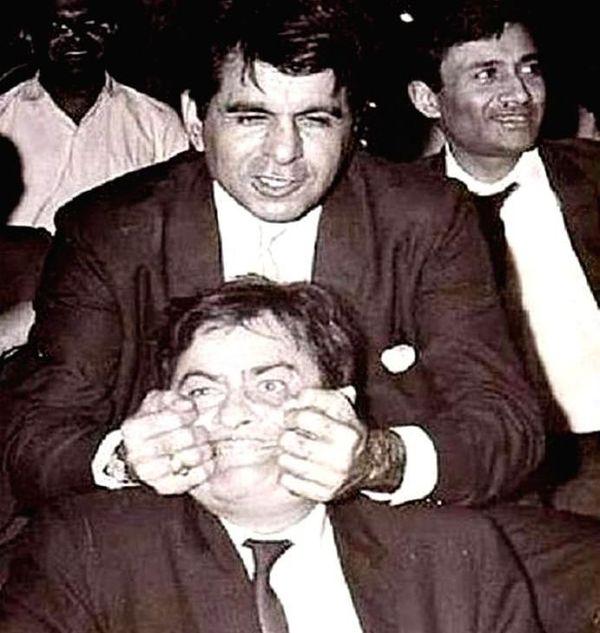 राज कपूर और दिलीप कुमार कितनी बेहतरीन बॉन्डिंग शेयर करते थे इसका अंदाजा इस तस्वीर से लगाया जा सकता है।