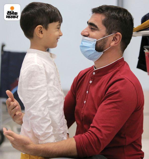 कनाडा के ओन्टारियो एयरपोर्ट पर अली को उसके पिता ने गले लगाया तो काफी देर तक दोनों एक-दूसरे को देखते रहे।