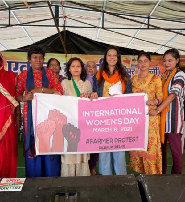 कृषि कानूनों का विरोध करने गाजीपुर बार्डर पर महिला दिवस पर इकट्ठा हुईं किसान, इस दौरान मुजफ्फरनगर की रनविता ने मंच की कमान संभाली।