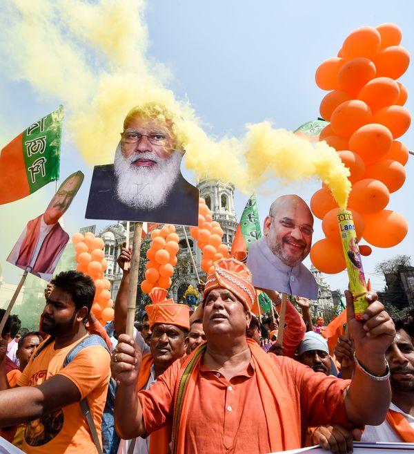 समर्थकों के हाथ में प्रधानमंत्री मोदी के अलावा गृह मंत्री अमित शाह और भाजपा के राष्ट्रीय अध्यक्ष जेपी नड्डा के पोस्टर भी नजर आए। दोनों नेता बंगाल में काफी एक्टिव रहे हैं।