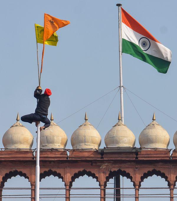 आखिरकार प्रदर्शनकारी ट्रैक्टर लेकर लाल किला पहुंच गए। यहां उन्होंने अपना झंडा फहराया।