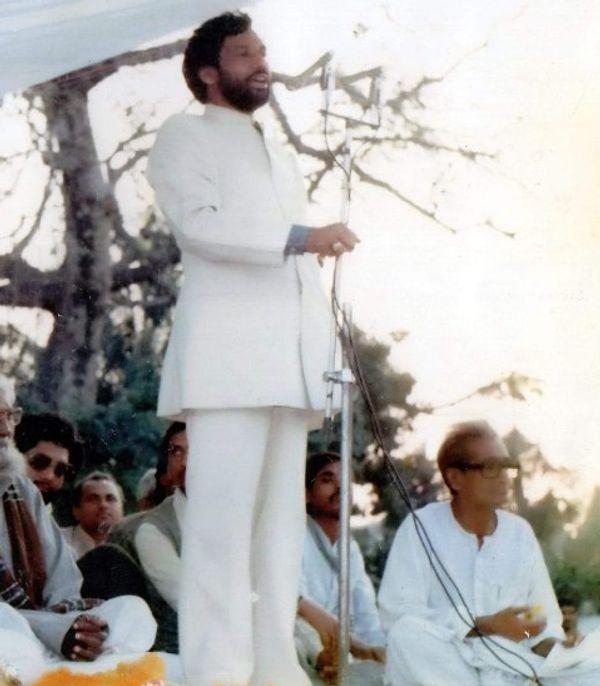 राजनीतिक जीवन के शुरुआती दिनों में एक सभा को संबोधित करते रामविलास पासवान।