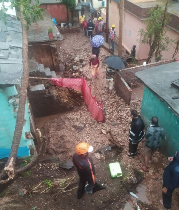 स्थानीय प्रशासन और एसडीआरएफ की टीम राहत-बचाव में लगी हुई है। (रुद्रप्रयाग नरकोटा)