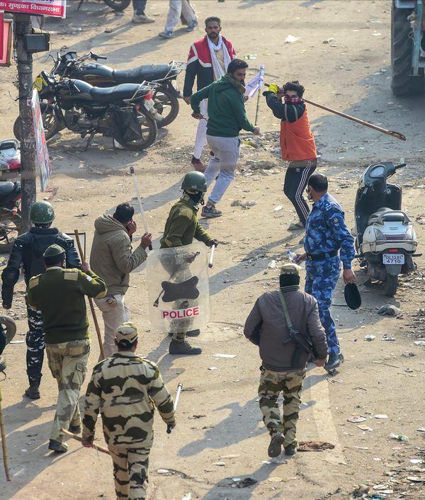आईटीओ के पास प्रदर्शनकारियों ने पुलिस के जवानों पर लाठी-डंडों से हमला कर दिया।