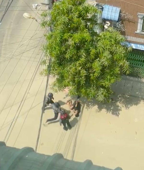 यह फोटो एक वीडियो फुटेज से ली गई है। इसमें सुरक्षाबल के जवान एक शख्स को पीटते दिख रहे हैं।