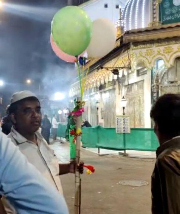 बढ़ते कोरोना केसेज के कारण मुंबई में लॉकडाउन लगा है, लेकिन भिंडी बाजार और डोंगरी समेत कई इलाकों में इस समय मेले जैसा माहौल नजर आ रहा है।