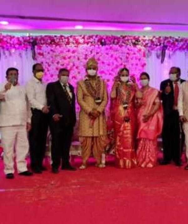 महाराष्ट्र में शादियां हुईं तो उसमें दूल्हा-दुल्हन भी मास्क में नजर आए। पर इस तरह के इंतजाम भी पिछले कुछ समय में कोरोना को रोकने में पर्याप्त नहीं रहे।
