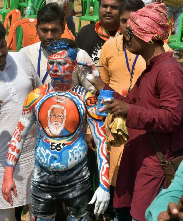 'गुजरात बनाने के लिए 56 इंच का सीना चाहिए' वाला मोदी का बयान काफी चर्चा में रहा था। इस शख्स ने सीने पर PM मोदी की पेंटिंग बनवा ली। उसके नीचे 56 इंच भी लिखवा लिया।