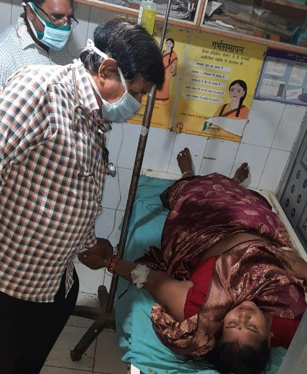 ठनका गिरने से घायल महिला का इलाज करते डॉक्टर।