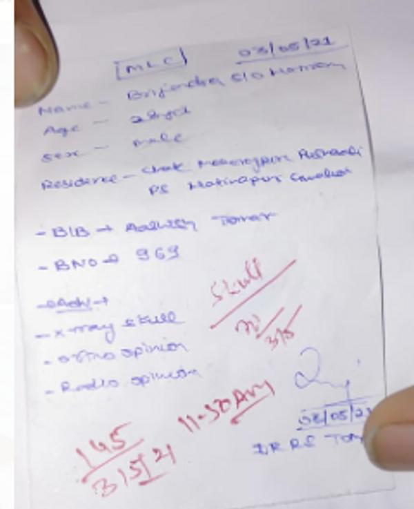 डॉक्टर द्वारा मेडिकल चेकअप के दौरान लिखा पर्चा। इस पर्चे में सिर का एक्सरे कराए जाने के बारे में लिखा।