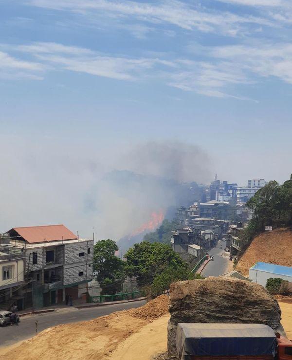 आग दूसरे दिन भी नहीं कम हुई। शहर का नजारा धुंआ-धुंआ हाे गया।