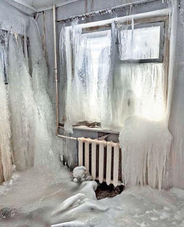 किचन में भी हर तरफ बर्फ की परत जमी हुई है।