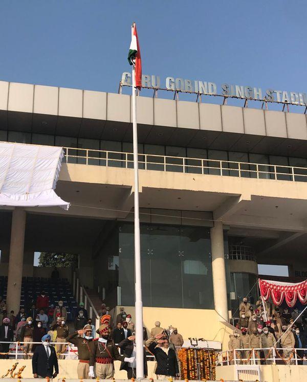 गुरू गोबिंद सिंह स्टेडियम में तिरंगा लहराने के बाद सलामी देती मंत्री चौधरी