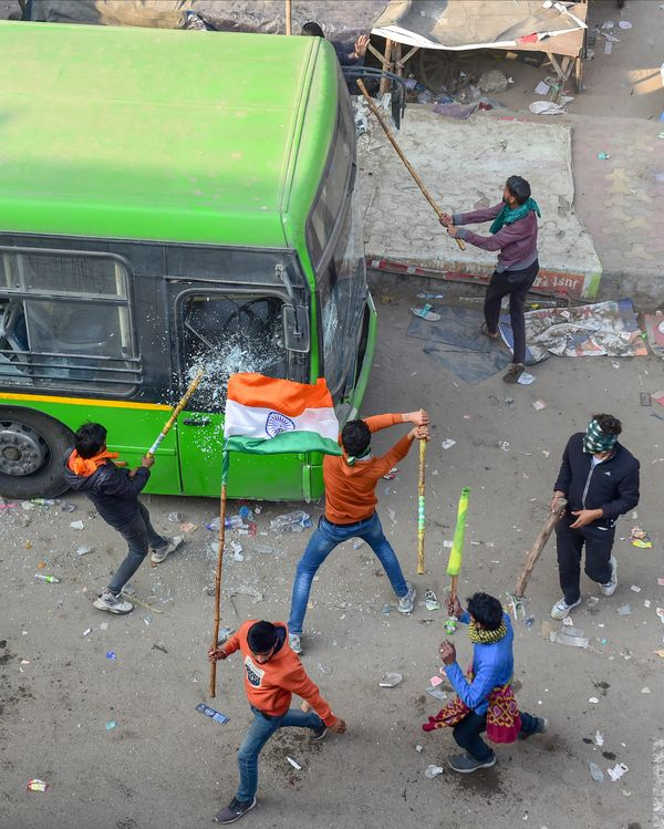 दिल्ली के पांडवनगर में प्रदर्शनकारियों ने सरकारी बसों में तोड़फोड़ की।