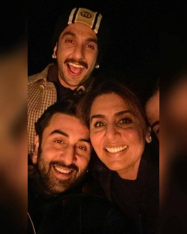 रणवीर सिंह, रनबीर कपूर, नीतू कपूर और रिद्धिमा ने सोशल मीडिया स्टोरी में कुछ फोटो पोस्ट की हैं, जिसमें पिछली रात बिताए फैमिली टाइम को शेयर किया गया है।