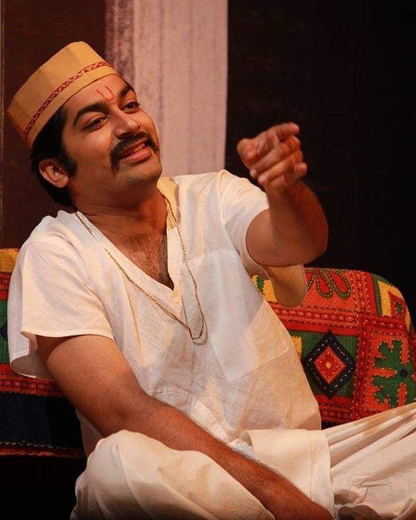 नाटक 'महाराज' में करनदास मूलजी की भूमिका में मल्हार ठाकरे