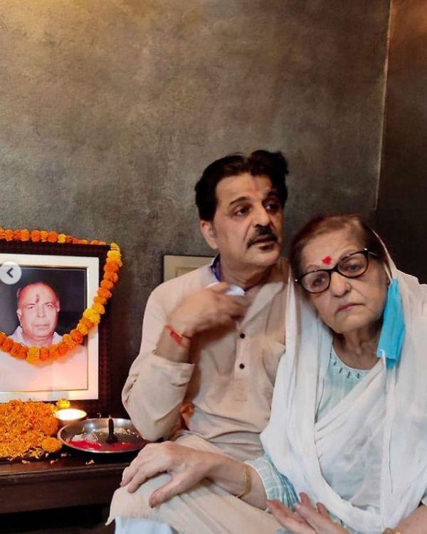 पिता के निधन के बाद मां के साथ राजेश खट्टर