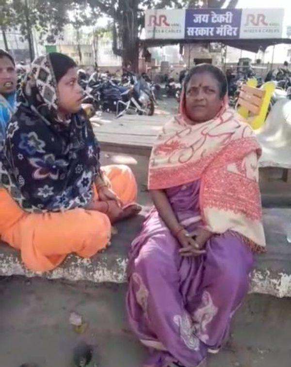 बेटी की हत्या के बारे में पता चलते ही झांसी रोड थाना में बैठी नीलम की मां व अन्य रिश्तेदार, इन्होंने ही रवि पर संदेह जताया था