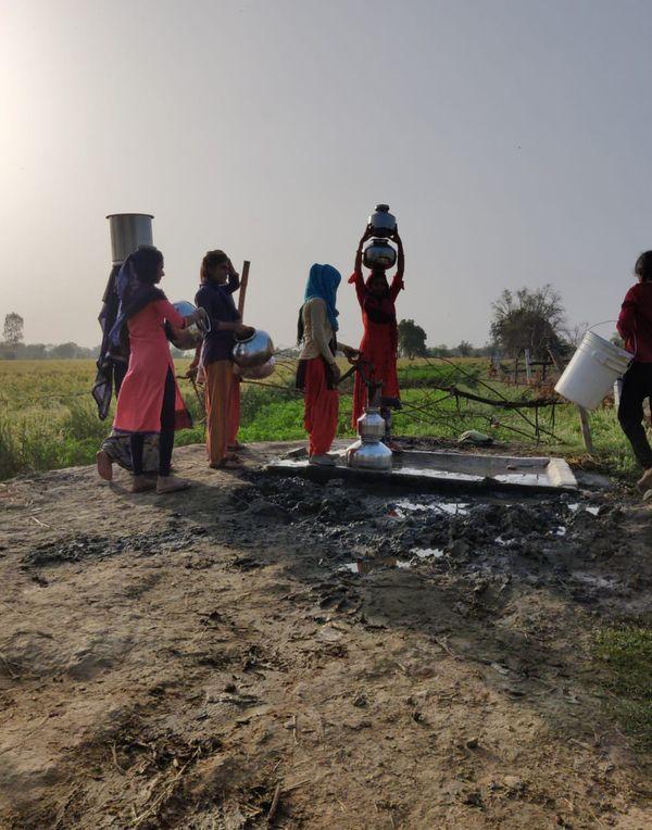 महिलाएं और बच्चियां गांव से करीब एक किमी दूर इस हैंडपंप से पानी लाने को मजबूर हैं।