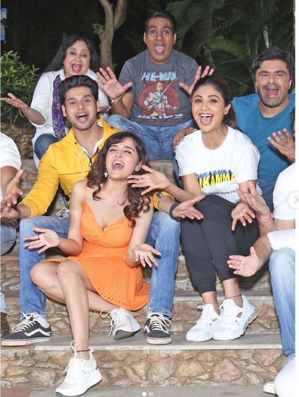'निकम्मा' की टीम के साथ शिल्पा