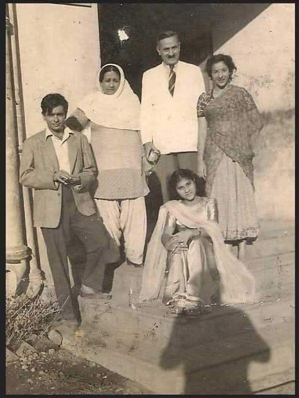 1950 की फिल्म बाबुल के सेट पर नरगिस के साथ दिलीप कुमार।  12 जून 2021 को उन्होंने इस फोटो को अपने सोशल मीडिया अकाउंट पर शेयर कर फैंस से पूछा कि किस फिल्म के सेट की फोटो कौन सी है?