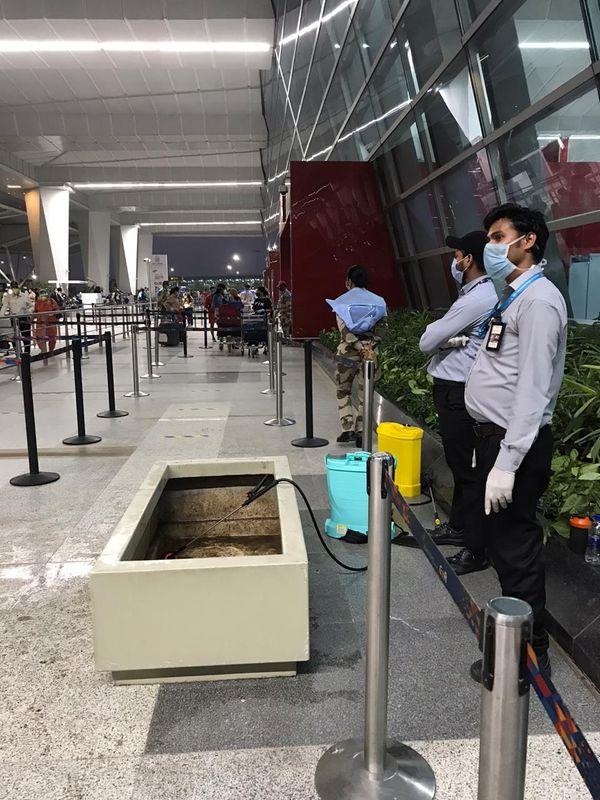 सफाई को लेकर मुस्तैद एयरपोर्ट के कर्मचारी।