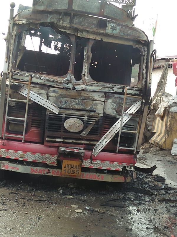 ट्रक पर जम्मू-कश्मीर का ही नंबर था, ताकि किसी को शक न हो। गोलीबारी में ट्रक पूरी तरह जल गया है।