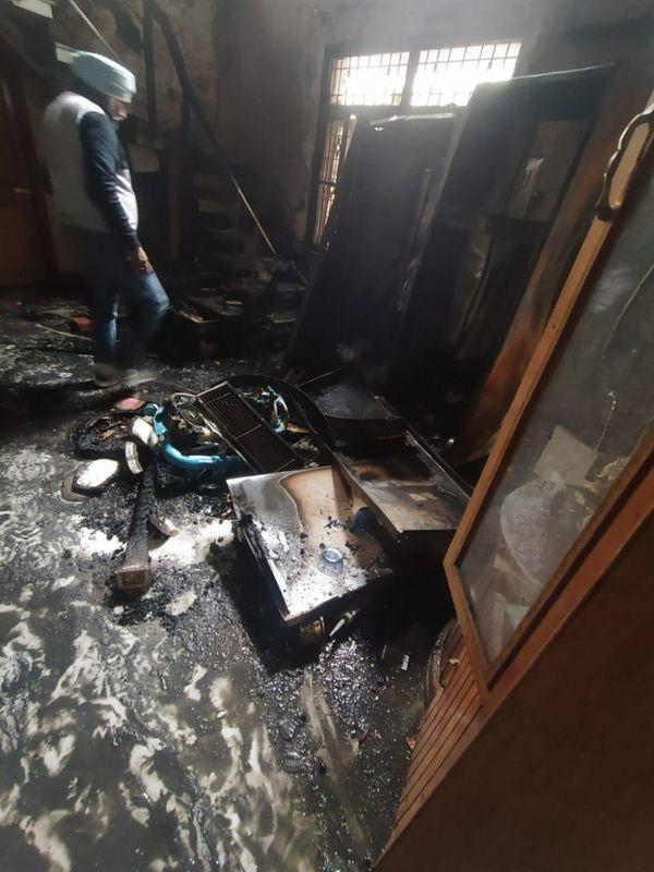 घर के अंदर का सारा सामान जलकर खाक हो गया।