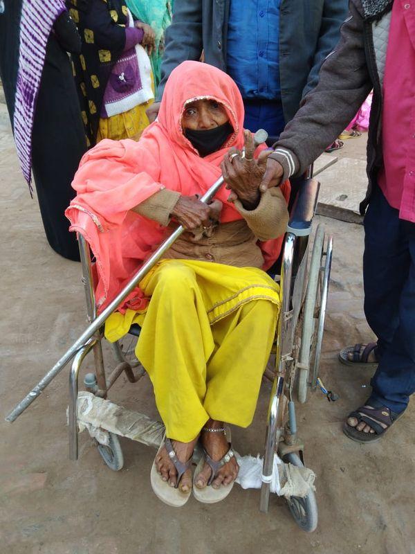 श्रीडूंगरगढ़ में मतदान करने पहुंची एक विकलांग वृद्धा।