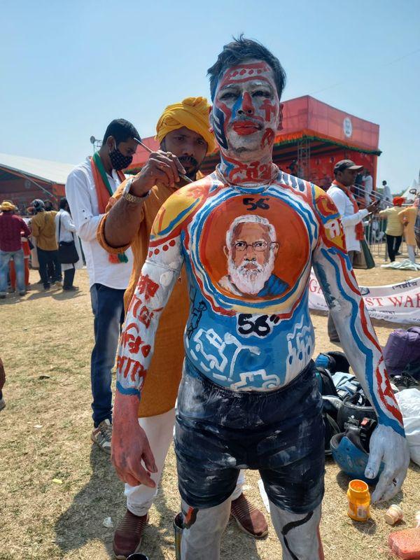 ब्रिगेड ग्राउंड पर रैली से पहले कई समर्थक बॉडी पेंट करवाते नजर आए। सभी पर चेहरा सिर्फ एक है मोदी का।