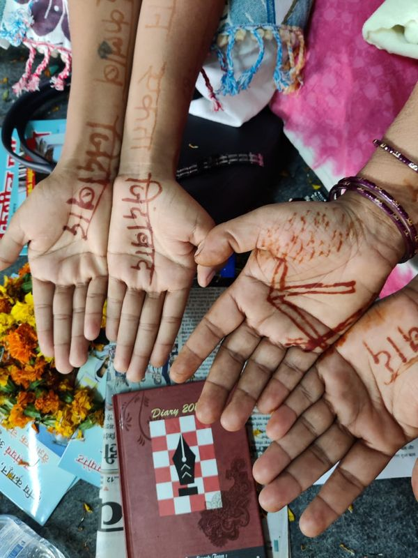 कृषि कानूनों के खिलाफ महिलाओं ने रचाई इंकलाबी मेहंदी।