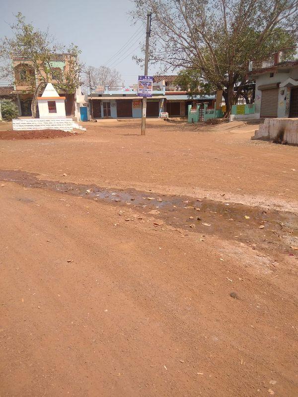गांव की सड़कों पर पूरी तरह से सन्नाटा पसर गया है।