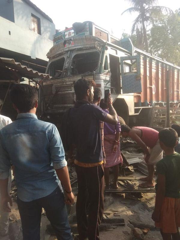 ट्रक के घुसने के बाद दुकान क्षतिग्रस्त हो गया।