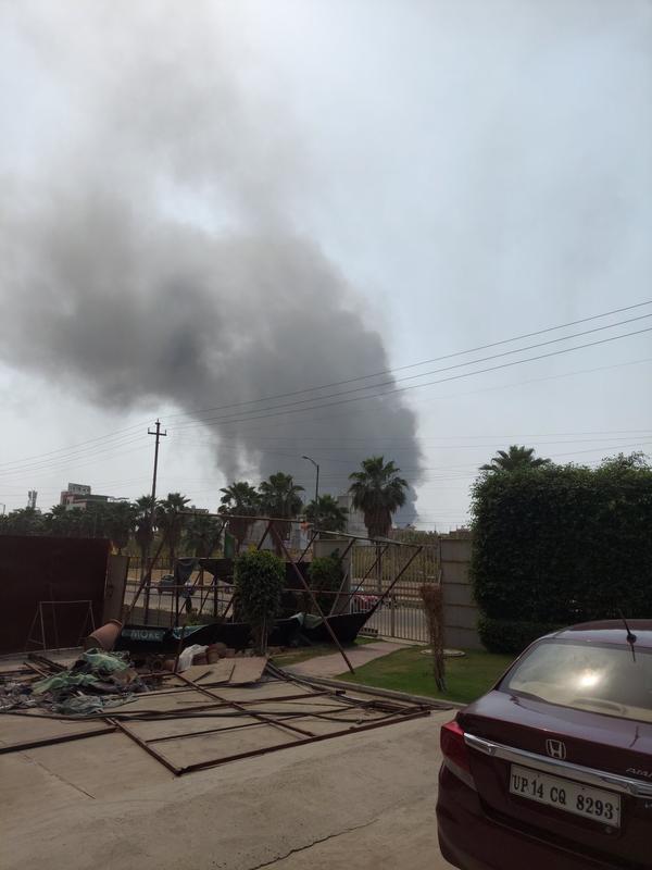 इलाके में तेज हवा के चलते आग तेजी से फैलती गई और उसने करीब 500 झुग्गियों को अपनी चपेट में ले लिया।