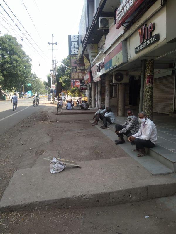 10 नंबर मार्केट में लॉकडाउन के बीच काम मिलने के इंतजार में बैठे मजदूर