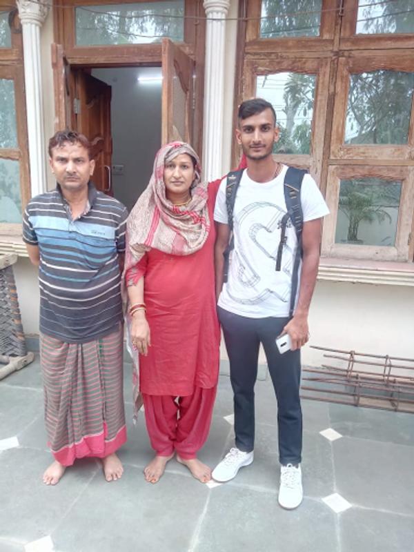 माता-पिता के साथ शाहबाज अहमद।
