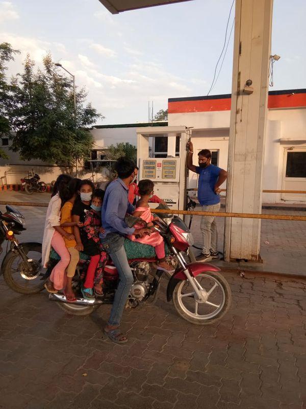 एक मोटरसाइकिल पर पूरे परिवार को ले जाता युवक