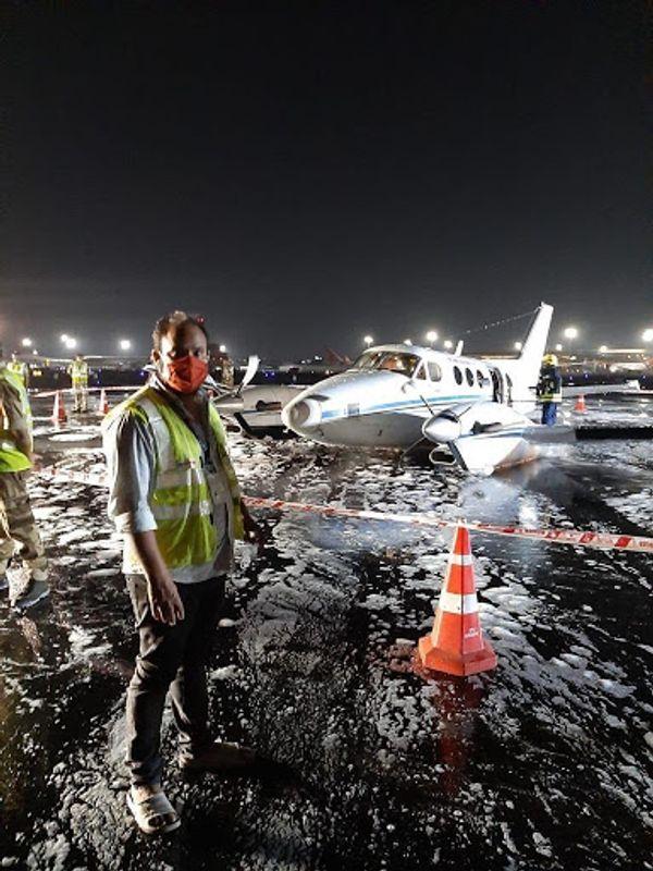 लैंडिंग होने के बाद रनवे को सील करते एयरपोर्ट अथॉरिटी के कर्मचारी।