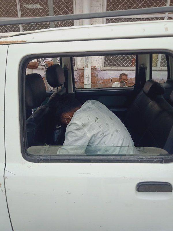पाली। ओपीडी के बाहर कार में बैठा मरीज बाबूलाल।