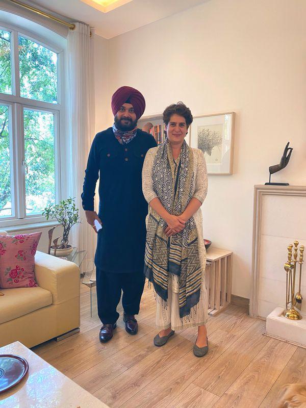 प्रियंका गांधी के साथ नवजोत सिंह सिद्धू की फोटो। सिद्धू ने यह फोटो सोशल मीडिया में शेयर की थी।
