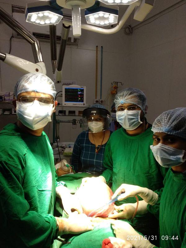 ગાયનેક સર્જન ડો.કનિષ્ક નાયક સારવાર કરી રહ્યાં છે
