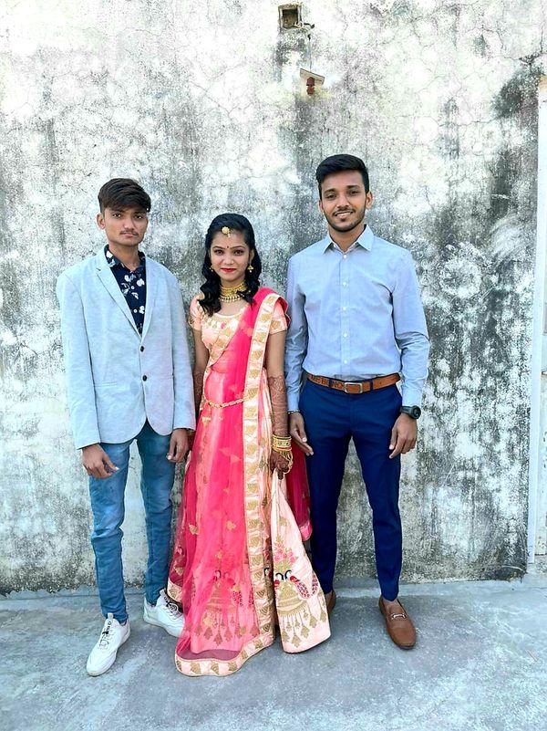 भाई राहुल और बहन जिग्नासा के साथ चेतन की तस्वीर।