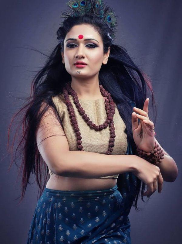ईशा ने तमिल और तेलुगु फिल्मों में अभिनय किया है