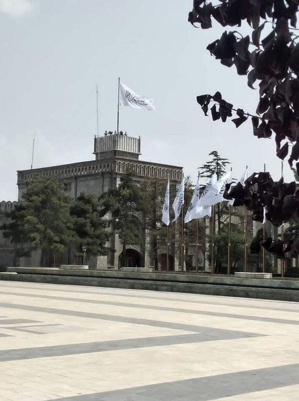 काबुल स्थिति राष्ट्रपति भवन में शनिवार को तालिबानी झंडा लहरा रहा था।
