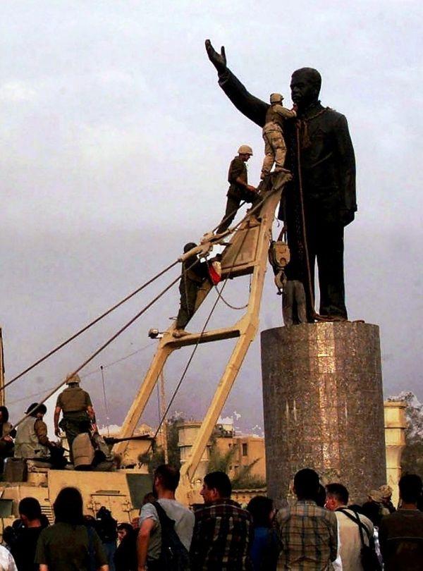 तारीख 9 अप्रैल 2003। बगदाद का फिरदौस स्क्वायर। अमेरिकी सैनिकों की मौजूदगी के बीच चौराहे पर लगी 12 फीट ऊंची सद्दाम की मूर्ति को भीड़ ने गिरा दिया। अमेरिकी सैनिकों की मदद से मूर्ति के गले में लोहे की जंजीर डाली गई। फिर उसे अमेरिकी सेना के वाहन से बांधकर खींचा गया और अगले ही पल मूर्ति जमींदोज हो गई।