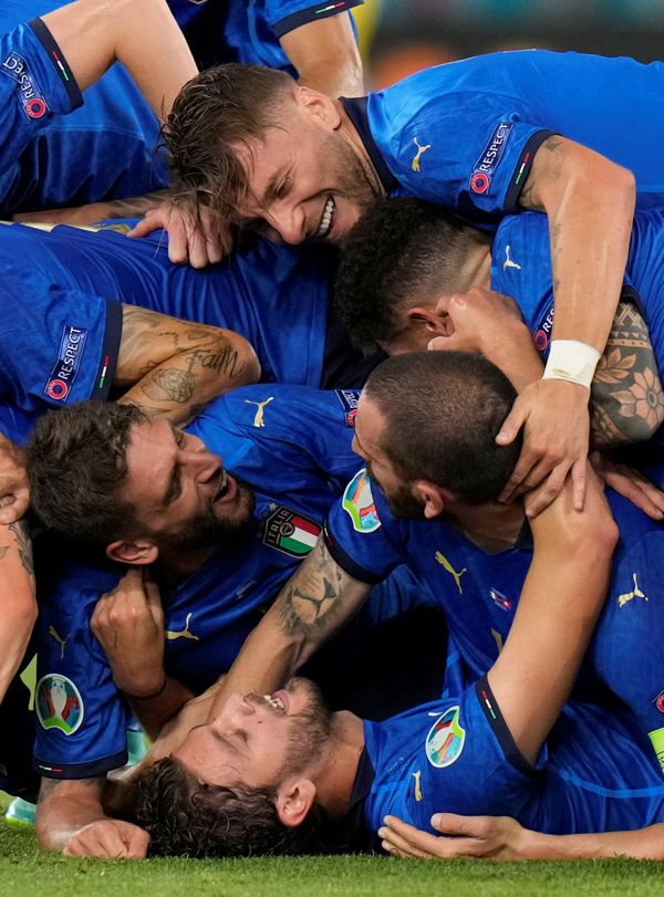 टूर्नामेंट में लगातार दूसरी जीत का जश्न मनाते इटली के खिलाड़ी।