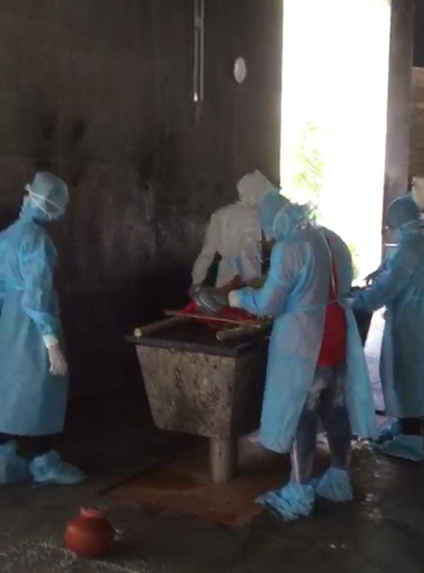 મૃતકની અંતિમ વિધી કરતા PPE કિટમાં સજ્જ સ્વયં સેવકો