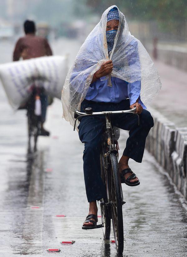 दिल्ली में जरूरी काम के लिए निकले लोगों ने खुद को कुछ इस तरह बचाया।